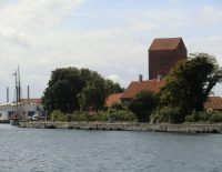 Ved innseglingen til havnen rager enn det gamle trnet opp.